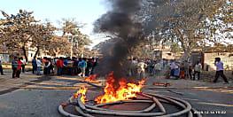 गैस टैंकर ने छात्र को रौंदा, मौत के बाद आक्रोशित ग्रामीणों ने सड़क जाम कर किया हंगामा