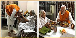 जन्मदिन पर PM मोदी ने मां के पैर छूकर लिया आशीर्वाद, साथ बैठकर खाया खाना