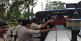 पूर्व सांसद पप्पू यादव को पुलिस ने रोका, कूड़ा फेंकने जा रहे थे नगर विकास मंत्री के आवास