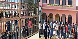 स्कूल में व्याप्त कुव्यवस्था के लेकर आक्रोशित हुए ग्रामीण, स्कूल में जड़ा ताला