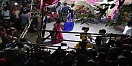 समस्तीपुर में कोरोना काल में अश्लील गानों पर बार बालाओं का डांस, मूर्ति विसर्जन के बाद लॉकडाउन की जमकर उड़ाई धज्जियां