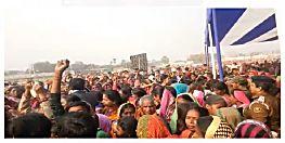 मुख्यमंत्री नीतीश कुमार कि सभा में गरीबों की रोटी छीनकर भागे अधिकारी