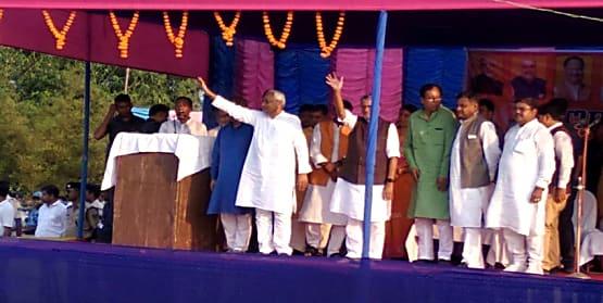 किशनगंज पहुंचे मुख्यमंत्री नीतीश कुमार, एनडीए उम्मीदवार के पक्ष में किया चुनाव प्रचार