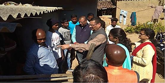 भाजपा का प्रतिनिधिमंडल पहुंचा खुंटी के हातदामी गांव, पीड़ित परिवारों से मिल ले रहे है जानकारी