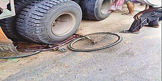 तेज रफ्तार ट्रक ने दो साइकिल सवार को रौंदा, चार की  मौत