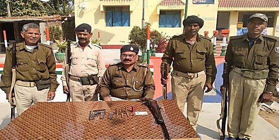 नवादा में पुलिस ने की छापेमारी, हथियार और जिन्दा कारतूस बरामद