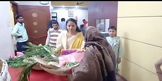 बेतिया नगर परिषद सभापति गरिमा देवी सिकारिया ने छठ व्रतियों के बीच पूजन सामग्री किया वितरित