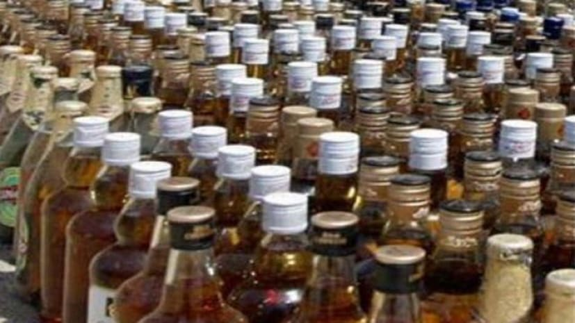पुलिस ने शराब फैक्ट्री का किया भंडाफोड़, भारी मात्रा में शराब बरामद