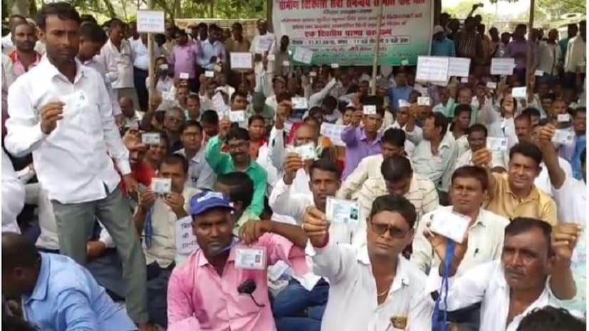 भाजपा सांसद के झोला छाप कहने पर भड़के ग्रामीण चिकित्सक, धरना का किया आयोजन