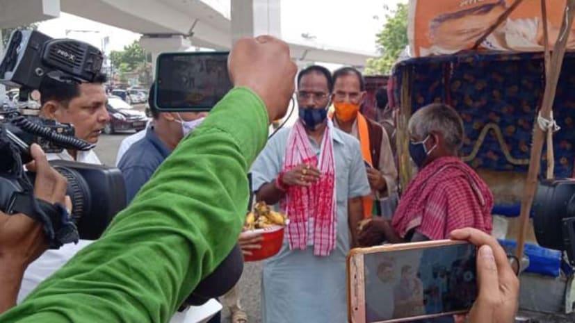 PM मोदी के जन्मदिन के मौके पर वृक्षारोपण, BJP नेताओं ने गरीबों के बीच फल-मास्क का किया वितरण