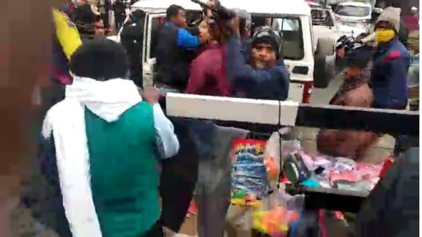 अपराध पर काबू करने के बजाय आम लोगों पर वर्दी का रौब दिखाती है बिहार पुलिस, दनियावां में युवक पर तान दी राइफल