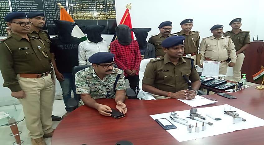 अपराधियों पर कहर बनकर टूटी मुजफ्फरपुर पुलिस, छापेमारी कर 4 को किया गिरफ्तार, कई हथियार बरामद