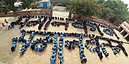 बिहार के नियोजित शिक्षक समान काम-समान वेतन पर मानव श्रृंखला बना सरकार को दे रहे मैसेज, देखें तस्वीर
