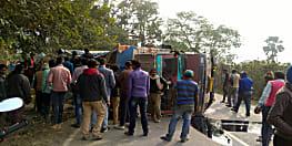 वैशाली में अनियंत्रित होकर पलटा सीमेंट से लदा ट्रक, एक की मौत, दो घायल