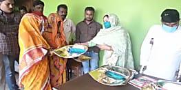 मुस्लिम समुदाय से आने वाली महखड़ पंचायत की मुखिया ने गरीब छठव्रतियों के बीच किया सूप वितरण