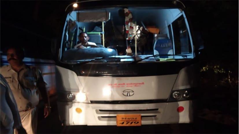 नवादा में बारात लेकर लौट रही बस में लूट, विरोध करने पर यात्रियों को जमकर पीटा, महिलाएं-बच्चे समेत दर्जनों घायल