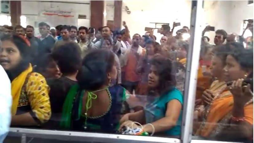 अभी-अभी : पटना जंक्शन पर टिकट कटाने के दौरान महिलाओं के दो गुट में जमकर मारपीट, मौके पर पहुंची पुलिस