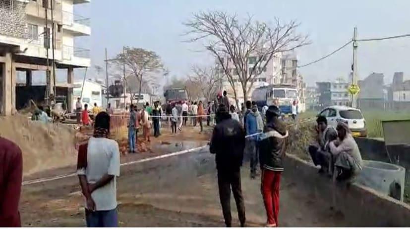 पटना में पाइप लीक होने से सड़कों पर फैला डीजल, लोगों ने कहा समेट ले हाली हाली