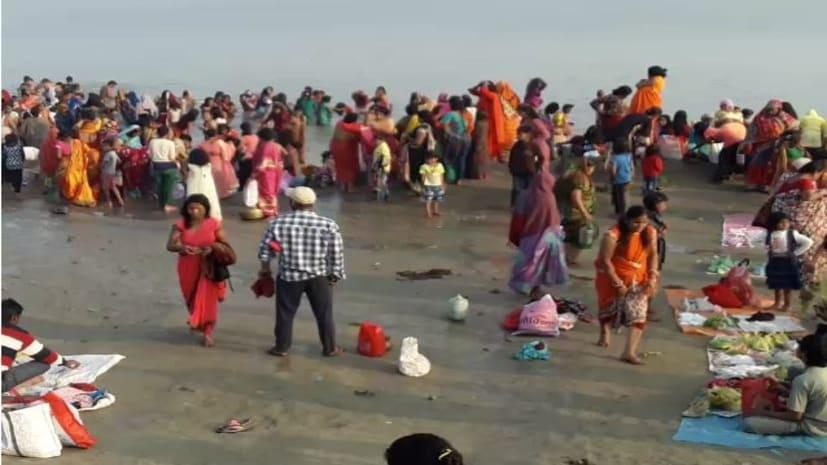 छठव्रतियों ने मोकामा घाट पर गंगा के पवित्र जल में डूबकी लगाने के साथ की भगवान भास्कर की पूजा-अर्चना