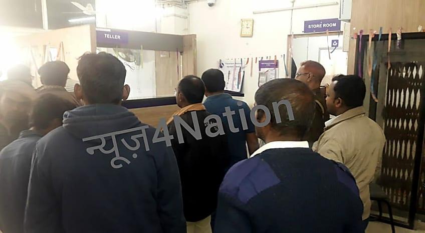 BIG BREAKING : मुजफ्फरपुर में अपराधियों ने दिनदहाड़े बैंक से लूटे 10 लाख रूपये, जांच में जुटी पुलिस
