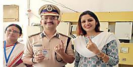 लोकसभा चुनाव : पटना डीआईजी राजेश कुमार ने पत्नी के साथ डाला वोट, सोशल मीडिया पर लिखा.....