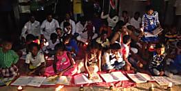 बिजली नहीं रहने का बच्चों ने किया अनोखा विरोध, ग्रिड के सामने बैठकर लगाई पाठशाला