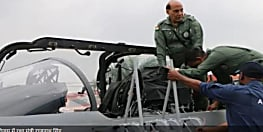 राजनाथ  सिंह ने लड़ाकू विमान 'तेजस' में भरी उड़ान, 30 मिनट तक आसमान में रहे रक्षा मंत्री