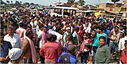 पुलिस वाहन ने बाइक सवार को रौंदा, आक्रोशित ग्रामीणों ने किया बवाल दंगा नियंत्रण वाहन समेत कई गाड़ियों में किया तोड़फोड़