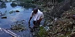 पोखर की पानी में जहर मिला देने से लाखों रुपये की मछलियों को गई मौत, बेहाल कारोबारी ने गांव के ही एक व्यक्ति पर लगाया आरोप