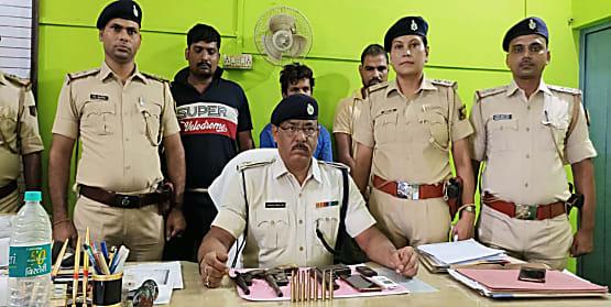 बेगूसराय पुलिस को मिली बड़ी सफलता, 3 अपराधी गिरफ्तार, कई हथियार बरामद