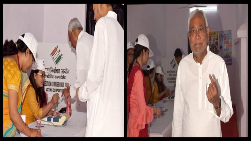 लोकसभा चुनाव : वोट डालने के बाद कुछ ऐसे खुश नजर आएं सीएम नीतीश कुमार, देखिए तस्वीर