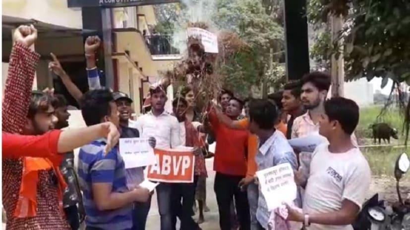 AES से फूटा ABVP के छात्रों गुस्सा, नरकटियागंज में फूंका मुख्यमंत्री नीतीश कुमार का पुतला