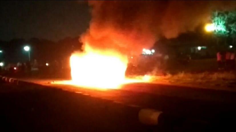 बीच सड़क पर आग के गोले में तब्दील हुई कार, बाल-बाल बचा वाहन चालक