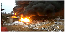 मछली मंडी में लगी भीषण आग, धु-धु कर जल गई 6 दुकानें
