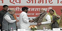 भाजपा मुख्यालय में पीएम नरेंद्र मोदी का स्वागत, रामविलास पासवान ने ओढ़ाया शॉल
