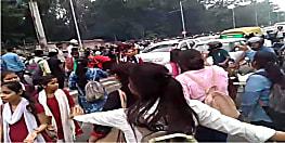 पटना जेडी वीमेंस कॉलेज को छात्राओं ने किया बेली रोड जाम, कैंपस में छात्रों के लिए पीजी विभाग खोले जाने का कर रही हैं विरोध