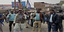 नवादा में सड़क पर उतरे RJD के समर्थक, दुकानें बंद, सरकार के खिलाफ नारेबाजी शुरू