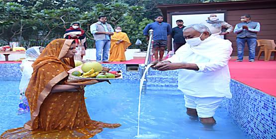 छठ पूजा: CM नीतीश कुमार ने उगते सूर्य को दिया अर्घ्य, CM आवास में मनाया गया महापर्व