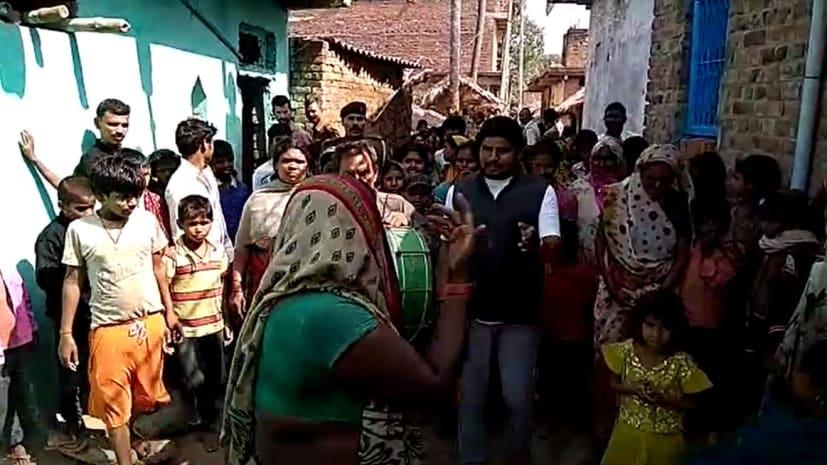 सीएम के गृह जिले में महिलाओं ने खोला शराब माफियाओं के खिलाफ मोर्चा, घर से निकाल शराब को किया नष्ट