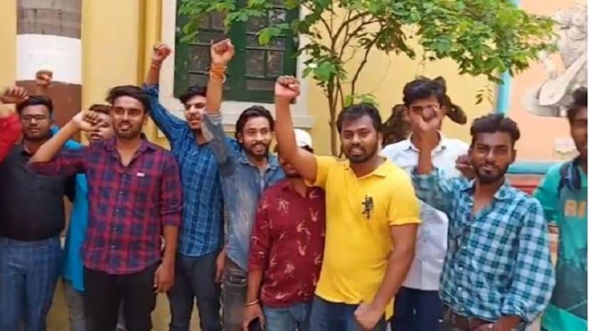 पटना आर्ट्स कॉलेज में फूटा छात्रों का गुस्सा, शिक्षकों के खिलाफ जमकर की नारेबाजी