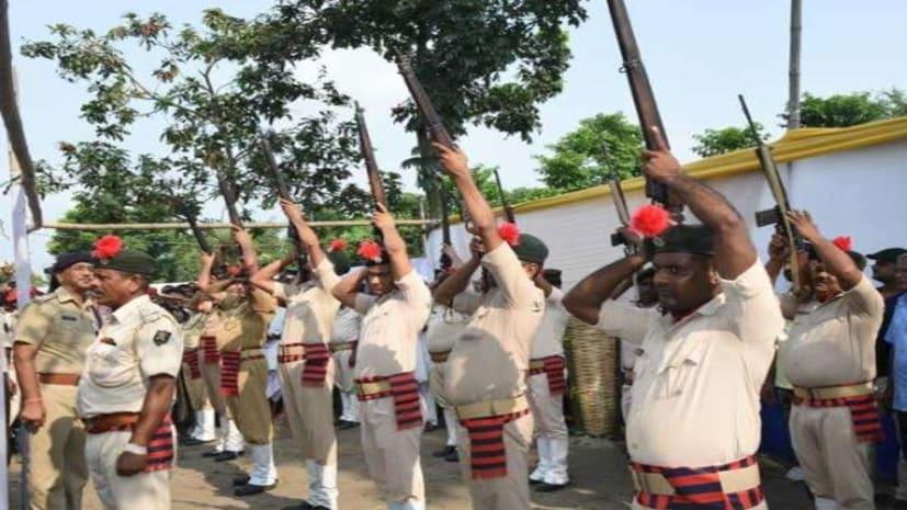 स्व.जगन्नाथ मिश्र की अंत्येष्टि में बिहार पुलिस की 22 राइफलें हो गई फेल....सीएम नीतीश के सामने हीं पुलिस की पिट गई भद्द..