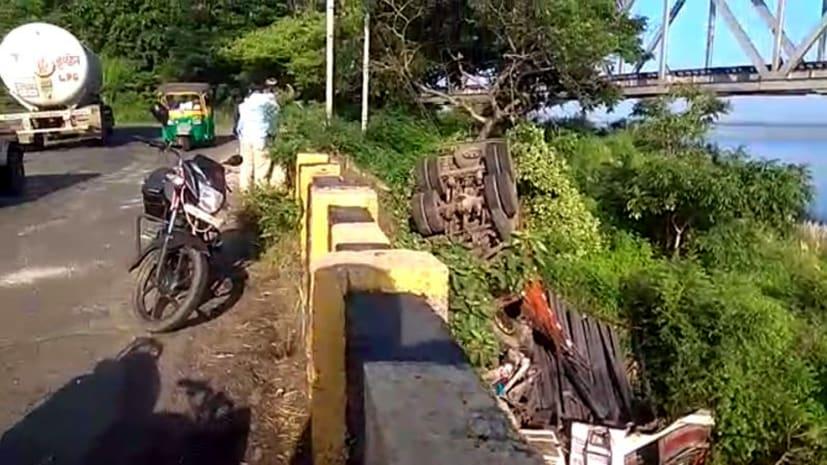कोडरमा में घाटी में गिरा अनियंत्रित ट्रक, ड्राईवर और खलासी के दबे होने की आशंका