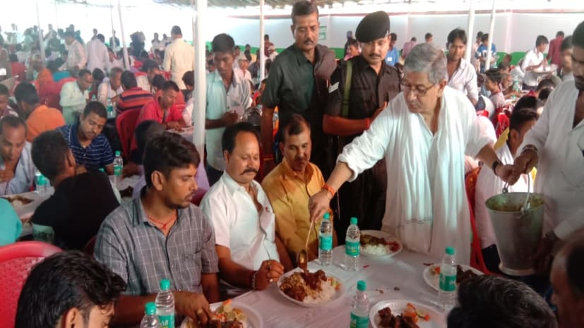 जेडीयू सांसद ललन सिंह ने बाढ़ में दिया भोज, एनडीए कार्यकर्ताओं को अपने हाथों से खाना परोसकर खिलाया