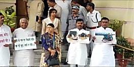 विपक्ष का सदन के बाहर जमकर हंगामा, सरकार पर बाढ़ पीड़ितों की अनदेखी किये जाने का लगाया आरोप