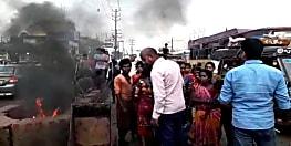 पटना में अतिक्रमण हटाने गयी पुलिस का लोगों ने किया विरोध, सड़क जाम कर की आगजनी