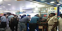 पटना के हरिनिवास मार्केटिंग कॉम्प्लेक्स में छापा, आर्थिक अपराध इकाई की टीम ने मोबाइल दुकानों पर की छापेमारी