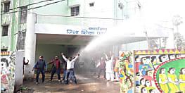 पटना डीईओ कार्यालय में हड़ताली शिक्षकों का हंगामा, पुलिस ने वाटर कैनन का किया प्रयोग