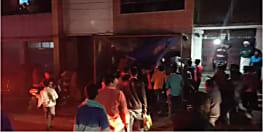 मारपीट के आरोपी के घर पर भीड़ ने किया हमला, पुलिस ने छिपकर बचायी जान