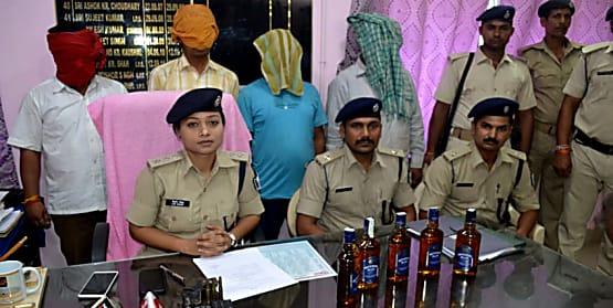 एएसपी लिपि सिंह के नेतृत्व में चला विशेष छापेमारी अभियान, शराब और बाइक के साथ चार गिरफ्तार