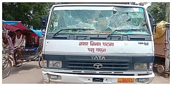 सड़क पर मवेशी पकड़ने गए निगम कर्मियों पर दबंगों ने बोला हमला, आधे दर्जन जख्मी